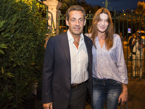 Sarkozy and Carla Bruni posing to the photographers