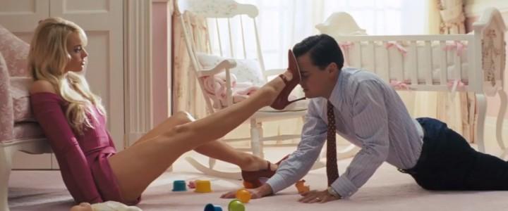 Margot Robbie putting her shoe on Leonardo di Caprio forehead